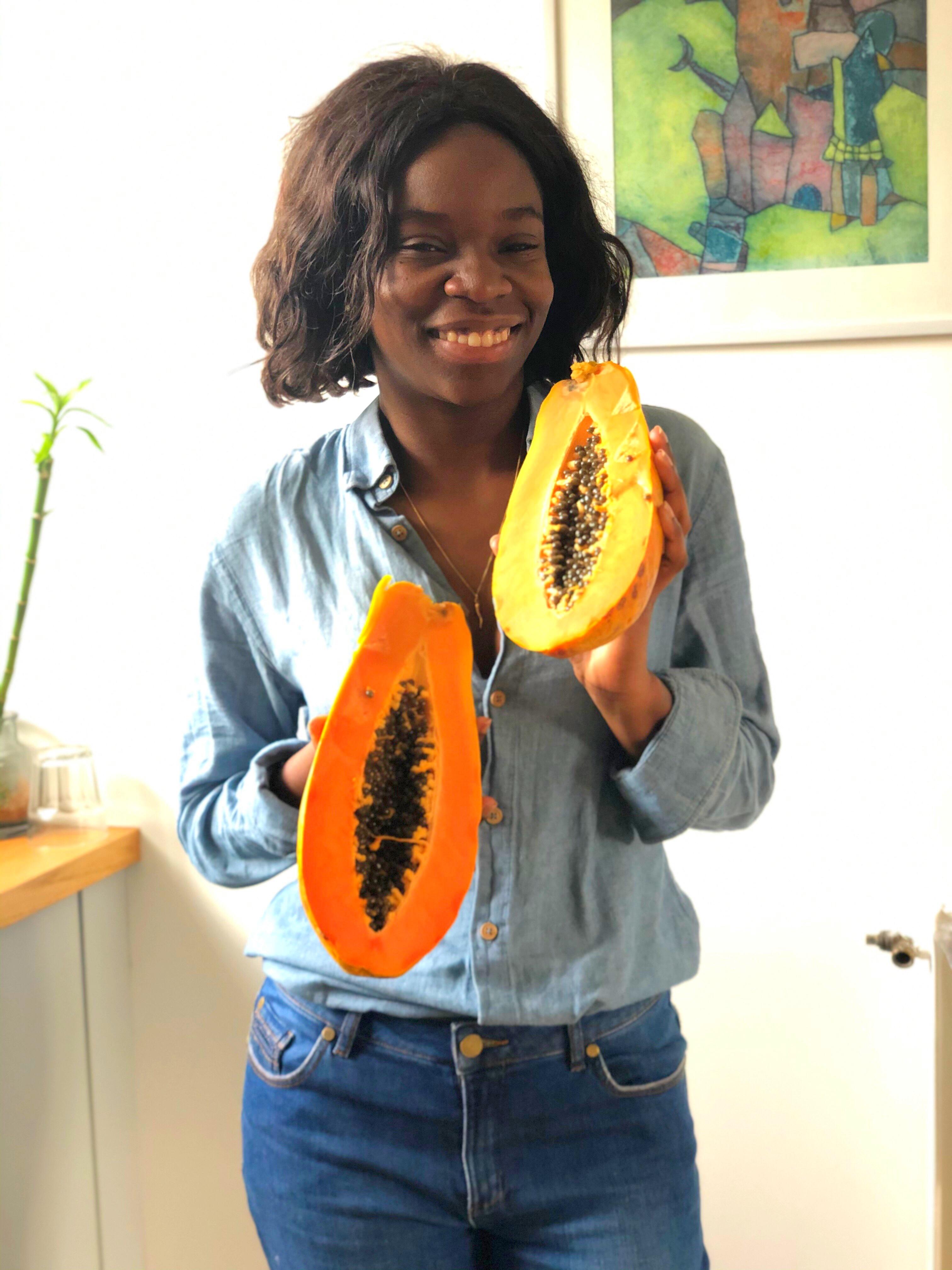 cycy kib avec une papaye