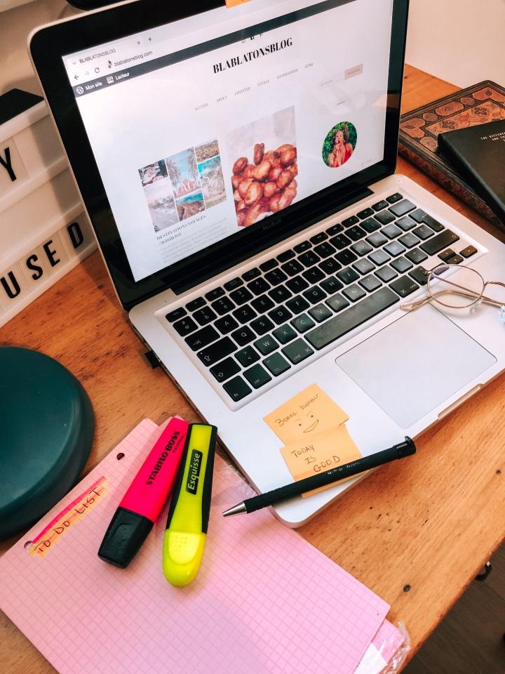 Mettre des post-it sur son bureau pour augmenter sa productivité.